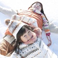 雪原に寝転ぶ親子 20027009839| 写真素材・ストックフォト・画像・イラスト素材|アマナイメージズ