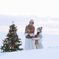 たくさんのプレゼントを抱える親子とクリスマスツリー 20027009859| 写真素材・ストックフォト・画像・イラスト素材|アマナイメージズ