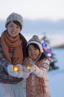 キャンドルを持ち微笑む親子 20027009860| 写真素材・ストックフォト・画像・イラスト素材|アマナイメージズ