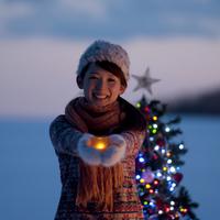 キャンドルを持ち微笑む女性 20027009861| 写真素材・ストックフォト・画像・イラスト素材|アマナイメージズ