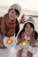 キャンドルを持ち微笑む親子 20027009862| 写真素材・ストックフォト・画像・イラスト素材|アマナイメージズ
