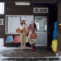 駅で列車を待つ2人の女性
