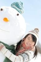 雪だるまに抱きつく女の子