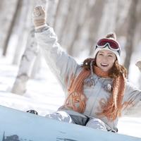 スノーボードを履き微笑む女性 20027009882| 写真素材・ストックフォト・画像・イラスト素材|アマナイメージズ