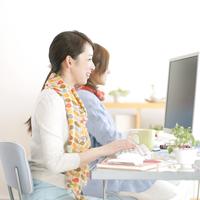 デスクワークをする2人の女性