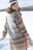 背中に雪のついた女性 20027009922| 写真素材・ストックフォト・画像・イラスト素材|アマナイメージズ