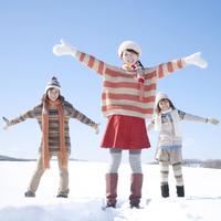 雪原ではしゃぐ3人の女性 20027009928| 写真素材・ストックフォト・画像・イラスト素材|アマナイメージズ