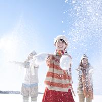 雪を舞い上げる3人の女性 20027009929| 写真素材・ストックフォト・画像・イラスト素材|アマナイメージズ