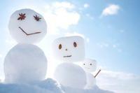 雪原に並ぶ雪だるま