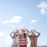 雪だるまを持ち微笑む3人の女性 20027009948| 写真素材・ストックフォト・画像・イラスト素材|アマナイメージズ