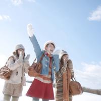 旅行を楽しむ3人の女性 20027009949| 写真素材・ストックフォト・画像・イラスト素材|アマナイメージズ