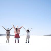雪原に立ち両手を広げる3人の女性の後姿 20027009952| 写真素材・ストックフォト・画像・イラスト素材|アマナイメージズ
