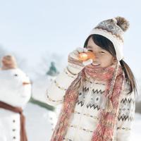 人参を持ち雪だるまの真似をする女の子