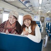 列車の中で微笑む2人の女性