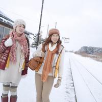 駅のホームを歩く2人の女性
