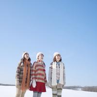 空を見上げる3人の女性 20027010019| 写真素材・ストックフォト・画像・イラスト素材|アマナイメージズ
