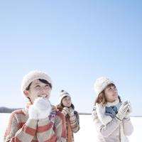 空を見上げ微笑む3人の女性 20027010022| 写真素材・ストックフォト・画像・イラスト素材|アマナイメージズ