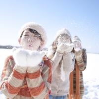 雪を吹く3人の女性 20027010023| 写真素材・ストックフォト・画像・イラスト素材|アマナイメージズ