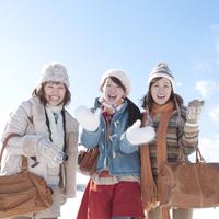 旅行を楽しむ3人の女性 20027010029| 写真素材・ストックフォト・画像・イラスト素材|アマナイメージズ
