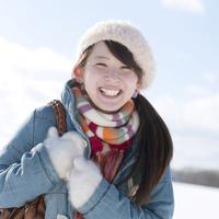 雪原で微笑む女性 20027010030| 写真素材・ストックフォト・画像・イラスト素材|アマナイメージズ
