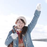 雪原で微笑む女性 20027010031| 写真素材・ストックフォト・画像・イラスト素材|アマナイメージズ