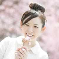 桜を持ち微笑む女性 20027010046| 写真素材・ストックフォト・画像・イラスト素材|アマナイメージズ
