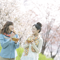 お弁当を持ち微笑む2人の女性 20027010064| 写真素材・ストックフォト・画像・イラスト素材|アマナイメージズ