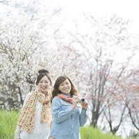 カメラを持ち微笑む2人の女性