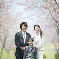 桜の前で微笑む親子 20027010070| 写真素材・ストックフォト・画像・イラスト素材|アマナイメージズ