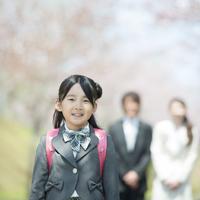 桜の前で微笑む親子