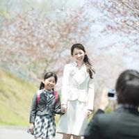 入学式の写真を撮る家族