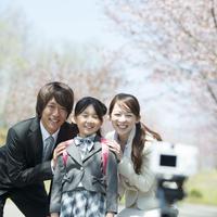入学式の写真を撮る家族 20027010074| 写真素材・ストックフォト・画像・イラスト素材|アマナイメージズ