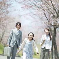 桜並木道で微笑む親子