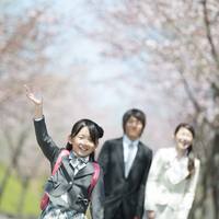 桜の前で微笑む親子 20027010102| 写真素材・ストックフォト・画像・イラスト素材|アマナイメージズ