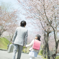 桜並木道で手をつなぐ親子の後姿 20027010105| 写真素材・ストックフォト・画像・イラスト素材|アマナイメージズ