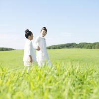 草原で手をつなぐ親子 20027010141| 写真素材・ストックフォト・画像・イラスト素材|アマナイメージズ