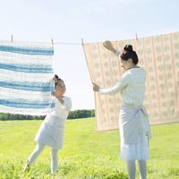 洗濯物を干す親子 20027010145| 写真素材・ストックフォト・画像・イラスト素材|アマナイメージズ