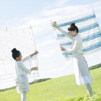 洗濯物を干す親子 20027010152| 写真素材・ストックフォト・画像・イラスト素材|アマナイメージズ