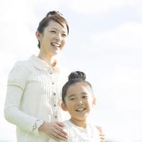 微笑む親子 20027010158| 写真素材・ストックフォト・画像・イラスト素材|アマナイメージズ