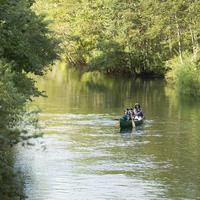 カヌーに乗る家族 20027010191| 写真素材・ストックフォト・画像・イラスト素材|アマナイメージズ