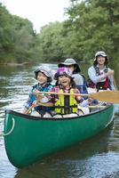 カヌーに乗る家族
