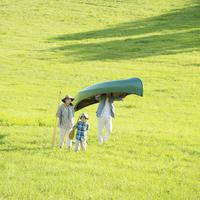 カヌーを運ぶ家族