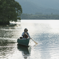 カヌーに乗る男性