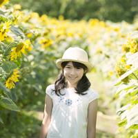 ヒマワリ畑で微笑む女の子