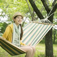 ハンモックに座り微笑む女性