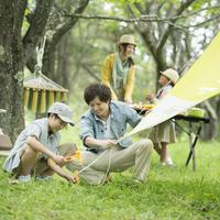 キャンプの準備をする親子