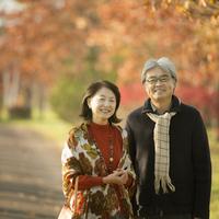 紅葉の前で微笑むシニア夫婦 20027010338| 写真素材・ストックフォト・画像・イラスト素材|アマナイメージズ