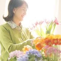 花の手入れをするシニア女性