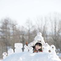雪だるまを持ち微笑む女の子
