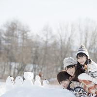 積み重なる親子と雪だるま